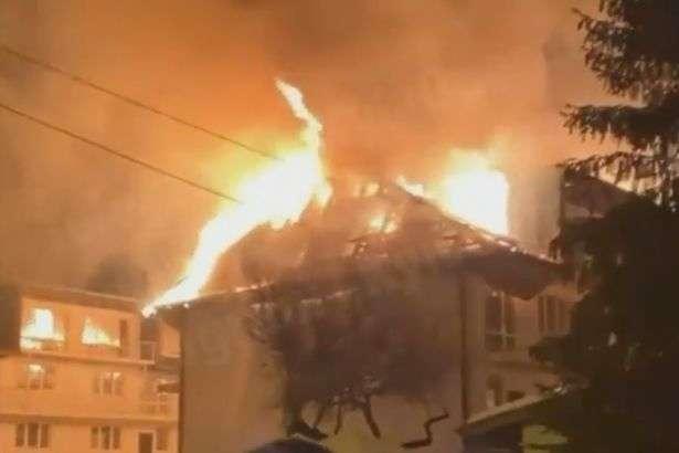 Серйозна пожежа у Києві: палає дах будинку в Дніпровському районі (відео)