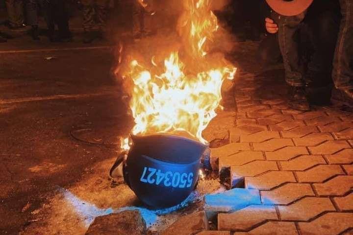 Активісти на Банковій палять шоломи поліцейських (фото)