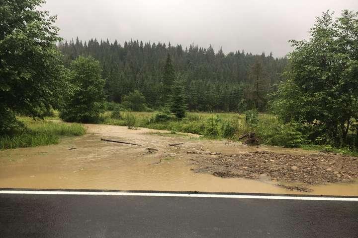 Рясні дощі підняли рівень води в річках Івано-Франківщини майже до двох метрів (фото)